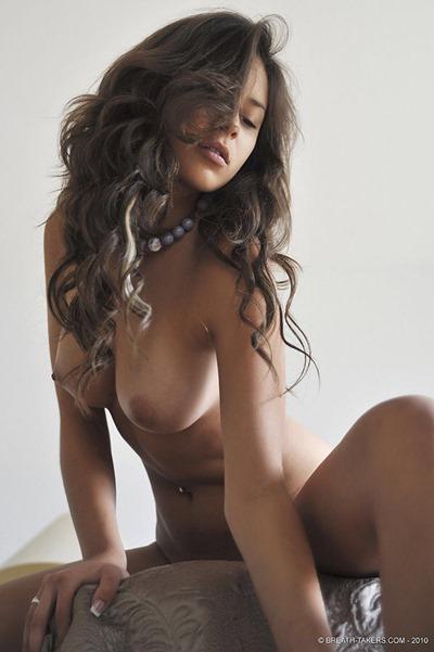 Молодая голая девушка-брюнетка