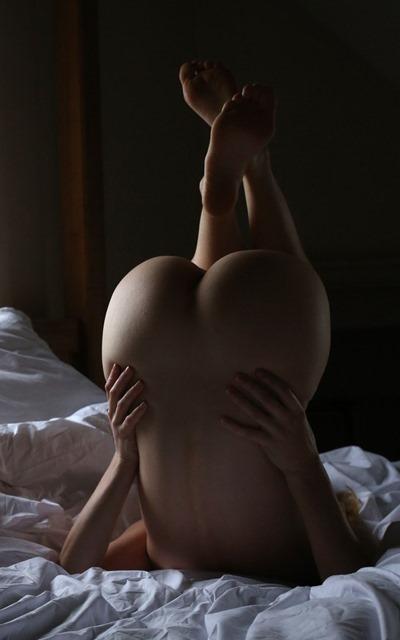 Девушка голой попкой кверху