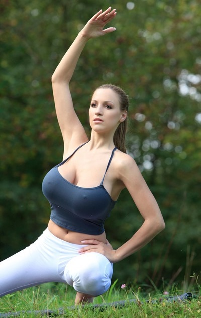 Йога и девушка с большой грудью
