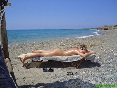 Частное фото: голая девушка загорает