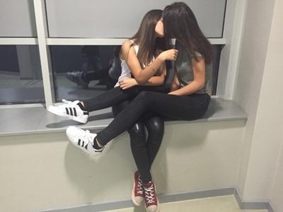 Молоденькие девушки целуются