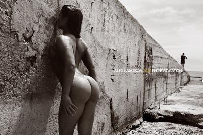 Девушка фотограф в стрингах топлес