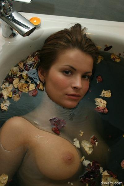 Красивые голые девушки в ванной