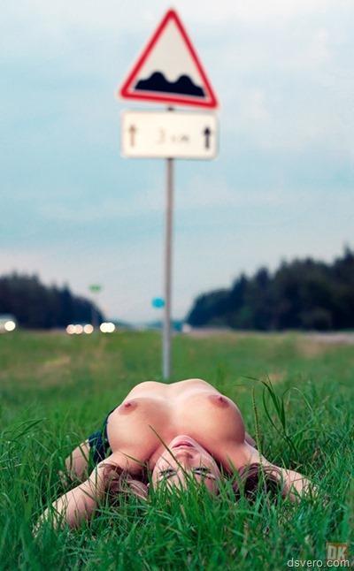 Девушка с голой грудью у дороги