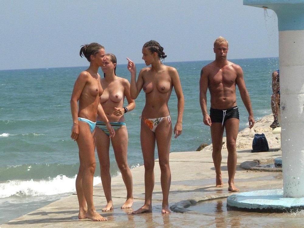 девушки на пляже крупным планом