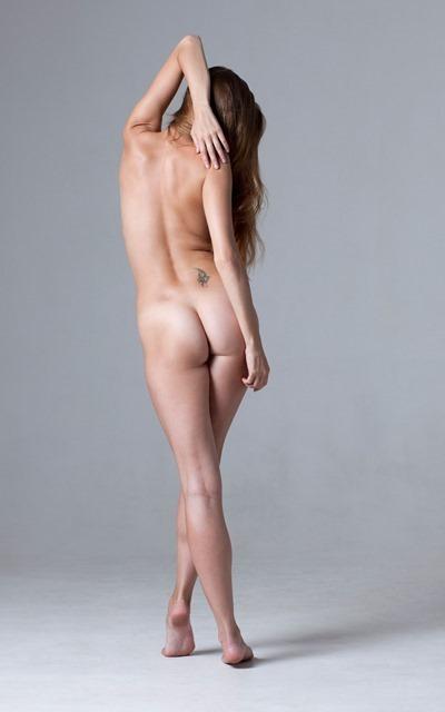Девушка голая в ванной лежит
