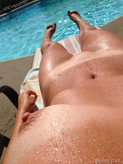 Селфи голой девушки у бассейна
