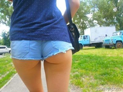 Попки в джинсовых шортиках