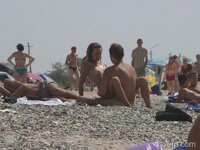 Голые и изящные девушки на пляже