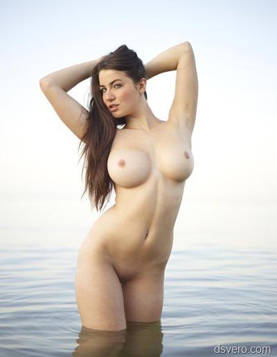 Голые девушки у морских берегов