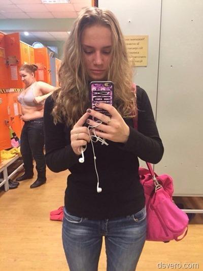 Девушки с телефоном в руке