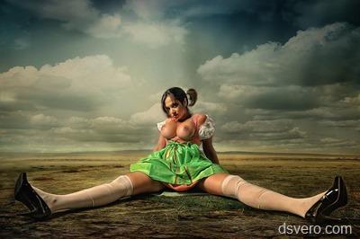 Голая девчонка на полу