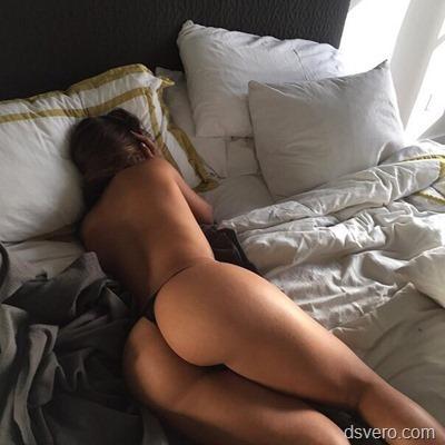 Девушка с красивой попой в кровати