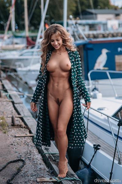 Голая девушка с очень красивой фигурой