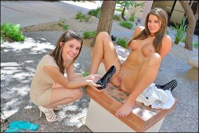 Юные лесбиянки лижут письки и суют в них большие секс игрушки