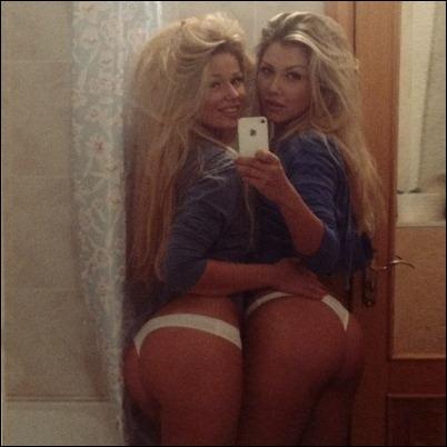Молодые девушки фотают себя голыми в зеркало