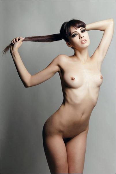 Несколько десятков голых девушек на фотографиях