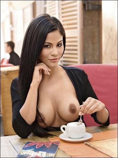 Девушка в кафе топлес
