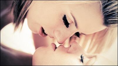 Лесбиянки: Девушки ласкают друг друга