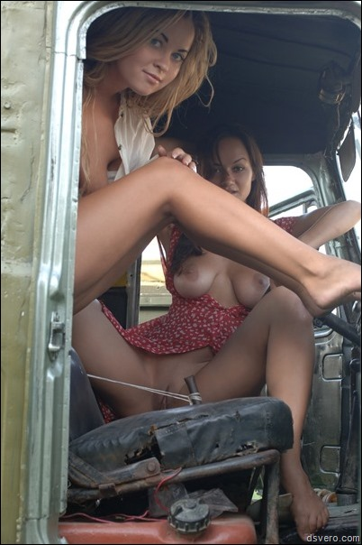 Две голые девушки, их письки и сиськи