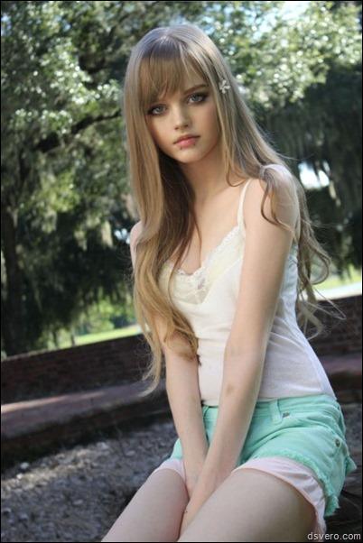 Анус молодой голой блондинки