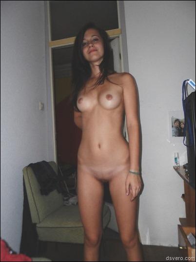 Гордая такая голая девушка (домашнее)