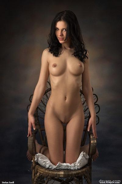 Голые девушки на коленях