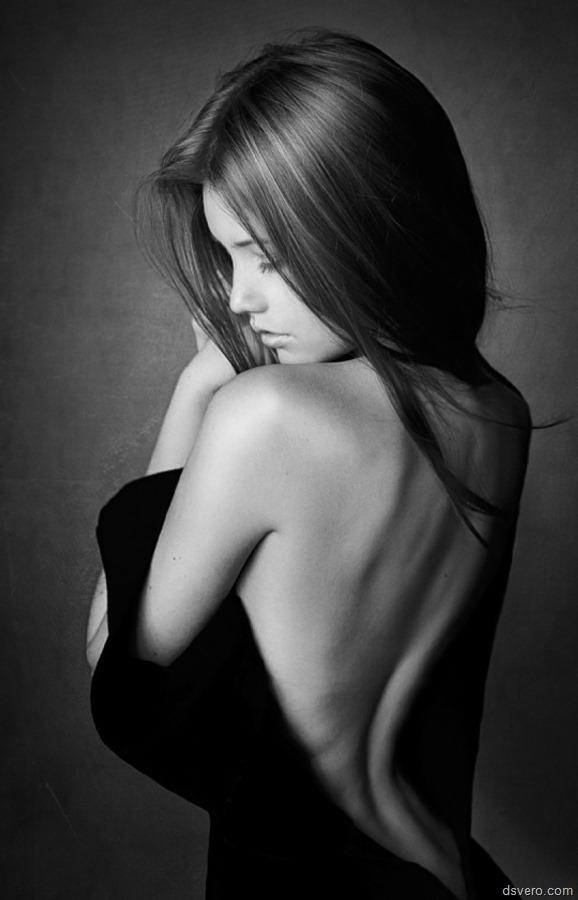 девушка с обнаженной спиной картина