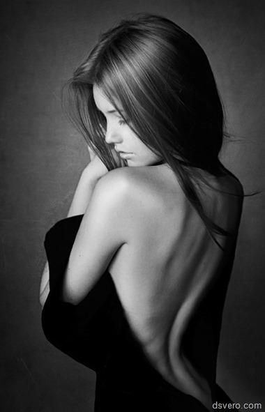 Девушка с красивой спиной в ч/б