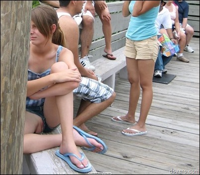 Девушки в шортиках без трусиков