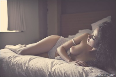 Голые девушки лежат в постели