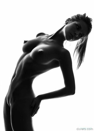 Грациозная, голая, красивая, черно-белая