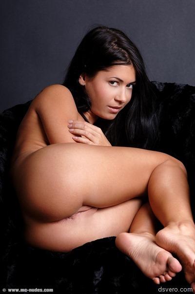 Скромная такая голая девушка в постели