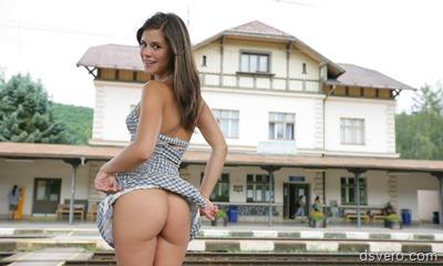 Little Caprice: голая девушка в поезде