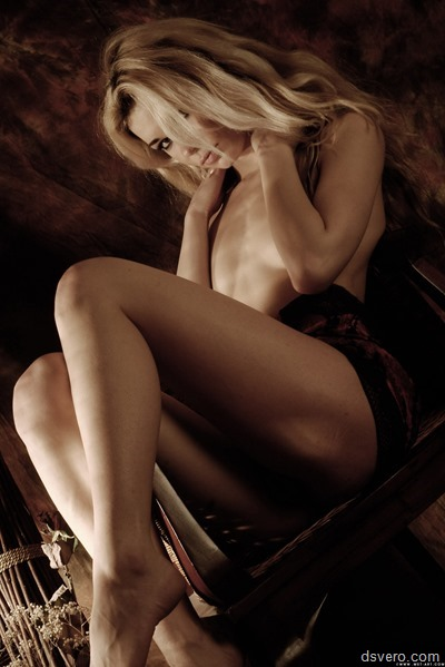 Голая девушка в полумраке