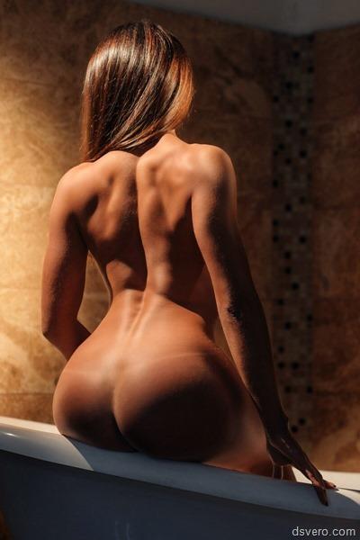Девушка,снимающая трусики стринги