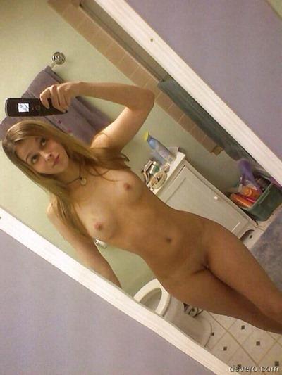 Голые девушки фотают себя в зеркале