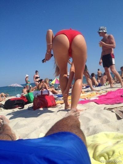 Голые девушки загорают на пляже