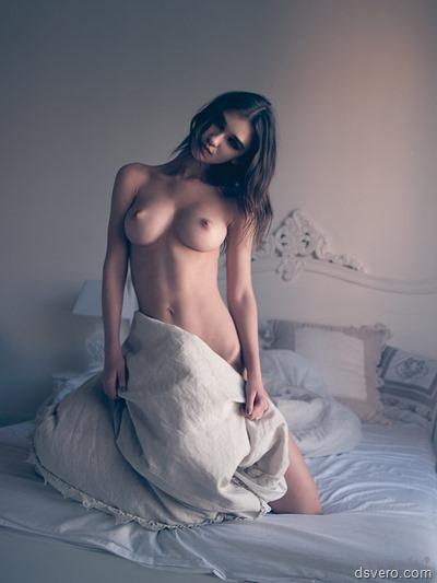 Девушки голые в постели лежат