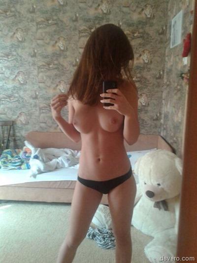 Голые девушки фотают себя в зеркало