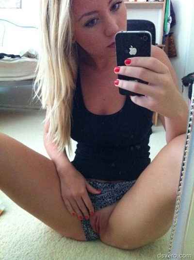 Селфи голых девушек: Ню у зеркала