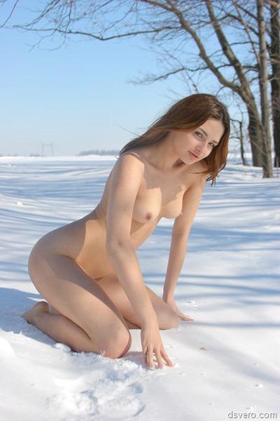 Зима. Снег. Голые девушки.