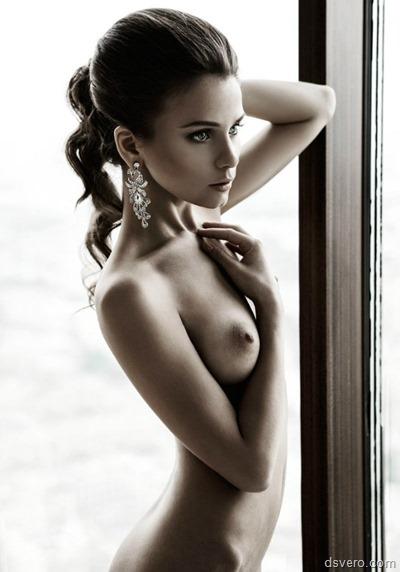 Очень стройная девушка с голой грудью