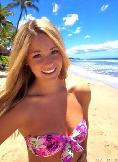 Яркая красивая девочка улыбается