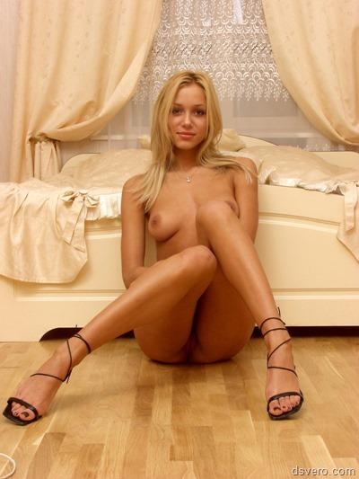 Очень красивая голая блондинка
