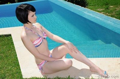 Красивая голая девушка у бассейна