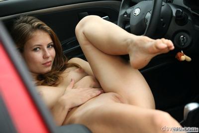 Красивая девушка голая в машине