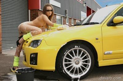 Обнаженные девушки моют машины