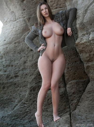 Голая девушка с интересными формами
