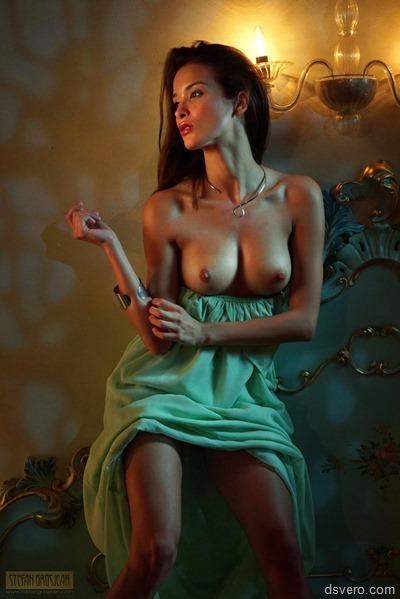 Красивые голые девушки в полумраке